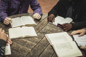 skupina ľudí študujúca Bibliu